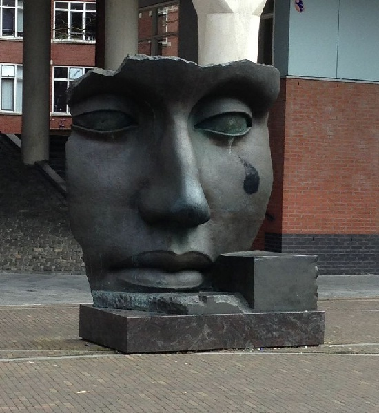 Den Haag face statue in Muzenplein