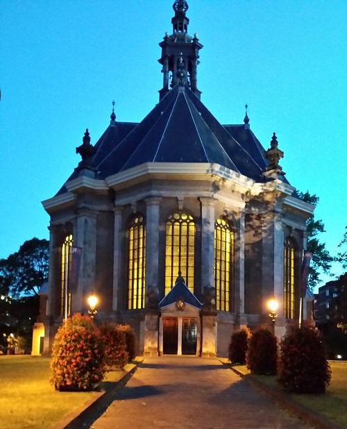 Nieuwe Kerk at night in the Hague