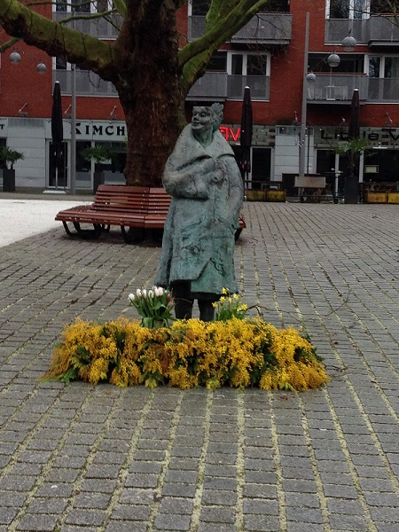 Statue at Rabbijn Maarsenplein with flowers