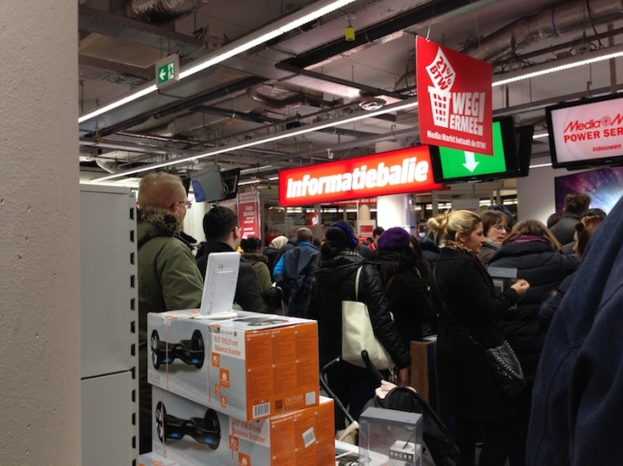 crowds-at-media-markt-during-btw-vrije-dagen-2017