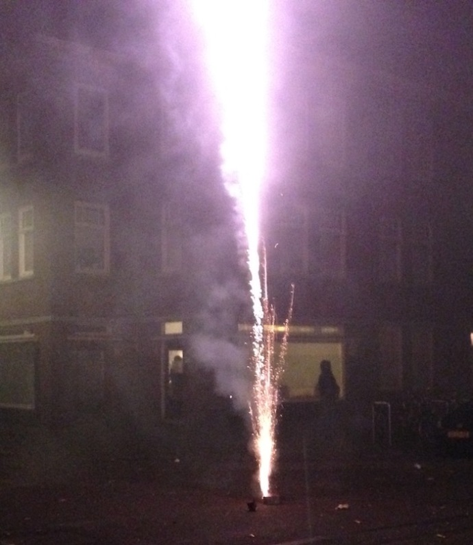 purple-fireworks-on-new-years-eve-2016-the-hague