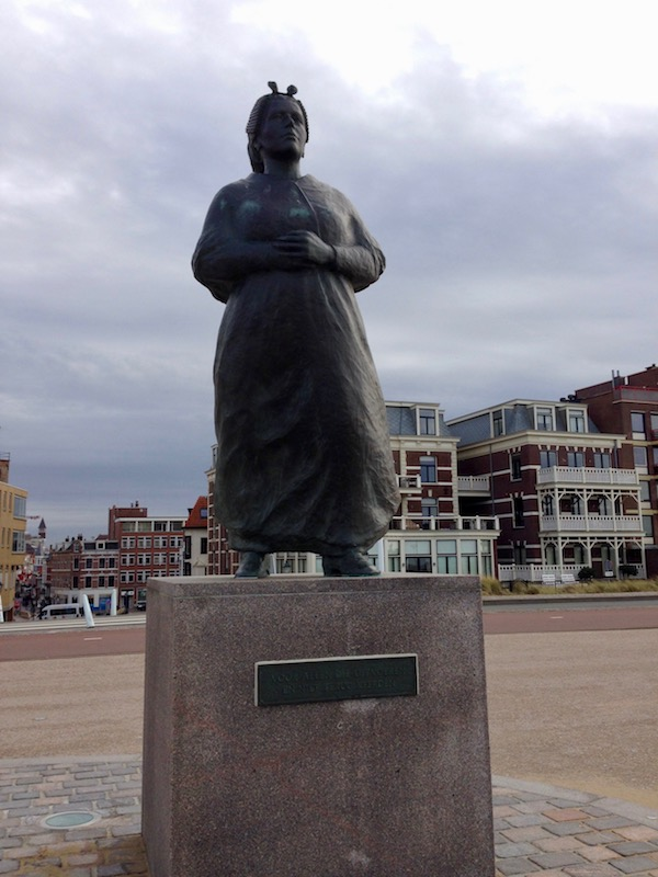 fishermans-wife-monument-scheveningen