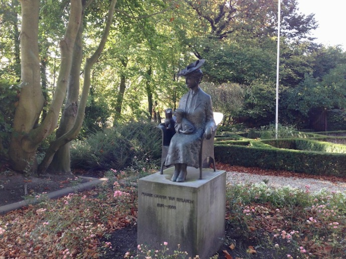 Statue of Marie Gravin van Bylandt, The Hague
